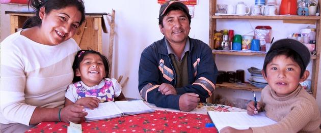 La protección de las familias, mediante transferencias en efectivo, es una política que deben sostener los gobiernos de los países en desarrollo al encarar los efectos de la pandemia, destaca un estudio de Oxfam. Foto: BID