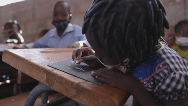 Junto con el gobierno de Burkina Faso, Unicef y la organización suiza Enfants du Monde, la Educación No puede Esperar (ECW) lanzó un nuevo programa con el objetivo de brindar educación a 800 000 niños, niñas y adolescentes del país africano. Foto: ECW