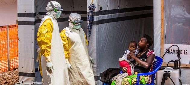 Trabajadores de la salud visitan a una mujer y su hija en el centro de tratamiento de ébola en Butembo, provincia de Kivu Norte en la República Democrática del Congo, uno de los dos países que registra el nuevo brote de la enfermedad en África. Foto: Tremeau/Unicef