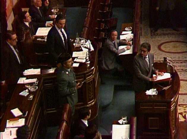 El teniente coronel Antonio Tejero, instantes después de irrumpir en el hemiciclo del Congreso de Diputados, la tarde del 23 de febrero de 1981, que dio comienzo a un golpe de Estado en España, con la toma del parlamento y alzamientos armados en varias ciudades. Su fracaso terminó por consolidar la recién restaurada democracia. Foto: RTVE