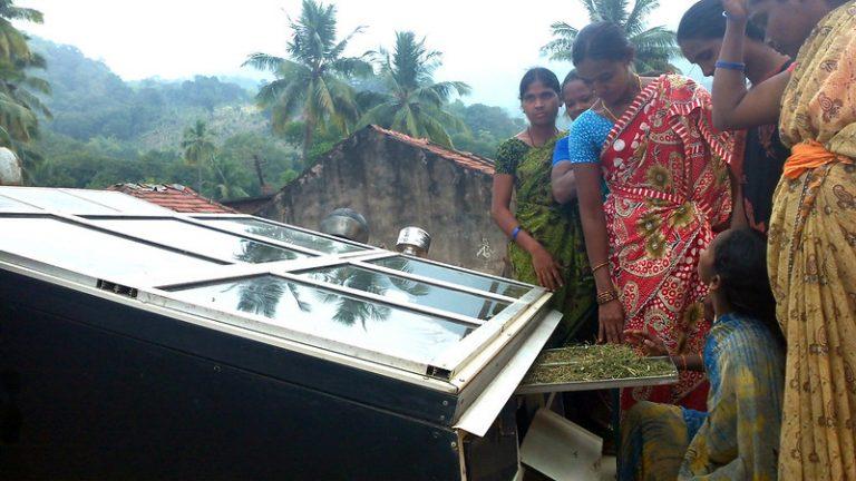 Las mujeres del bosque en la región boscosa de Anantagiri, en el sureste de India, revisan su secador solar en el techo de una vivienda. Hay un cambio y una conciencia cada vez mayores en el debate político, corporativo y la ciudadanía sobre la necesidad de una acción climática. Foto: Stella Paul / IPS