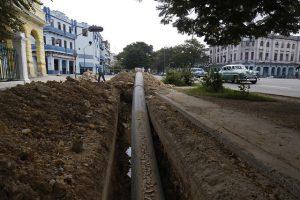 Una tubería de polietileno de alta densidad se ubica para su soterrado en una céntrica calle donde trabajadores de la empresa Aguas de La Habana modernizan las redes hidráulicas para el abastecimiento de agua potable en el municipio de Centro Habana, en la capital de Cuba. Foto: Jorge Luis Baños/IPS