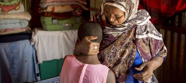 Una abuela ejecutante de la ablación femenina y su nieta, aún no sometida a ese procedimiento por encontrarse enferma, en Somalilandia. La ONU busca salvar a millones de niñas de esa práctica que lesiona gravemente sus derechos. Foto: Georgina Goodwin/UNFPA