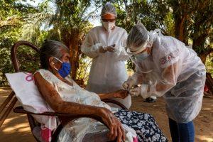 Una anciana indígena es atendida en el interior del estado brasileño de Amazonas, duramente castigado por la pandemia covid-19. Foto: Diego Baravelli/MSF