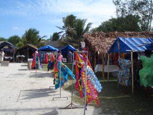 Un mercado de artesanías para turistas en Port Vila, capital de Vanuatu, antes de la pandemia. El costo para los países y territorios del Pacífico, que mantienen estrictos cierres fronterizos para proteger a sus pequeñas y muy vulnerables poblaciones, es la destrucción de la industria del turismo. Foto: Catherine Wilson/ IPS