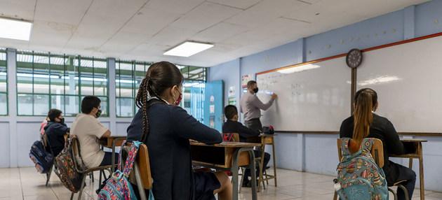 Los escolares regresan a sus pupitres, bajo medidas de bioseguridad, en la escuela León XIII en San José, al cabo de meses en que debieron seguir clases a distancia y 57 de sus 1300 alumnos estuvieron a punto de abandonar los estudios. Foto Priscilla Mora/Unicef