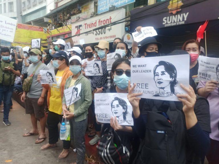 Manifestantes exigen la liberación de la líder civil Aung San Suu Kyi. Las protestas siguen desafiando a los golpistas militares en Myanmar, que incrementan la represión día tras día, además de tomar medidas urgentes para controlar todos los poderes y coartar los derechos humanos, además de buscar a los líderes de la desobediencia civil. Foto: CC BY-SA 4.0