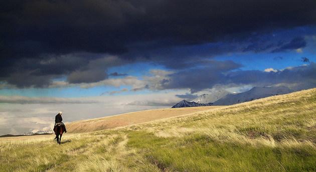 """Un hombre cabalga por las montañas de Kirguistán. El Pnuma plantea que deben tomarse a partir de este año nuevas medidas de """"paz con la naturaleza"""", para encarar las tres graves amenazas ambientales que soporta el planeta. Foto: Unesco"""