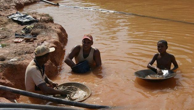 La minería ilegal de oro es la causante de la deforestación de vastas áreas en el sureste de Venezuela. La vegetación se socava para la extracción del mineral y deja lagunas artificiales. Foto: Cortesía de Jorge E. Moreno