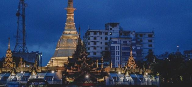 Vista de una pagoda en la madrugada de Yangon, la principal ciudad de Myanmar, donde la mayoría de la población es de confesión budista. Los militares han dirigieron al país durante décadas tras la independencia en 1948, y ahora regresan al poder. Foto: Unplash/Kyle Petzer