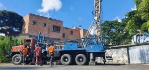 Un camión con grúa se aposta junto a una residencia para iniciar la perforación de un pozo en busca de agua, abundante en el subsuelo del valle de Caracas. Foto: Cortesía de José Manuel García