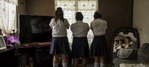 Tres niñas de 13 y 14 años, amigas y víctimas de acoso en su escuela de Yoro, Honduras, por compañeros que hacen parte de una red para tráfico con fines de explotación sexual, un delito que se incrementa en el mundo según la Unodc. Foto: Adriana Zehbauskas/Unicef