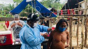 Un indígena es inmunizado en la aldea Mukuru, en el estado de Amapá, en el extremo noreste de Brasil, frontera con Guayana Francesa. Los indígenas están en el primer grupo de vacunados, como los médicos y enfermeras mayores de 60 años, debido a su vulnerabilidad a la covid. Foto: DefesaGovBr-Fotos Públicas