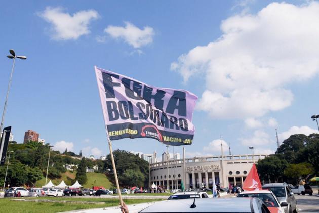 """Con el lema común de """"Fuera Bolsonaro"""", se suceden las protestas en Brasil contra el presidente Jair Bolsonaro, como está en São Paulo, impulsadas por su nefasta gestión de la pandemia de covid-19, con marchas de vehículos para evitar aglomeraciones y medidas de distancia física, al contrario de lo que hace e mandatario, que se reúne con sus adeptos sin mascarillas y sin mantener distancias. El desalojo de Bolsonaro en las elecciones de 2022 se posibilita ahora con las decisiones del Supremo Tribunal Federal. Foto: Elineudo Meira / @fotografia.75- Fotos Públicas"""