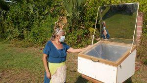 María Luz Rodríguez, junto a su horno solar en el que cocinó una lasaña de carne, en el caserío El Salamar, en el municipio de San Luis La Herradura, al sur de El Salvador. En esa región se desarrolla un esfuerzo por poner en práctica acciones ambientales que aseguren la sostenibilidad de los recursos. Foto: Edgardo Ayala/ IPS