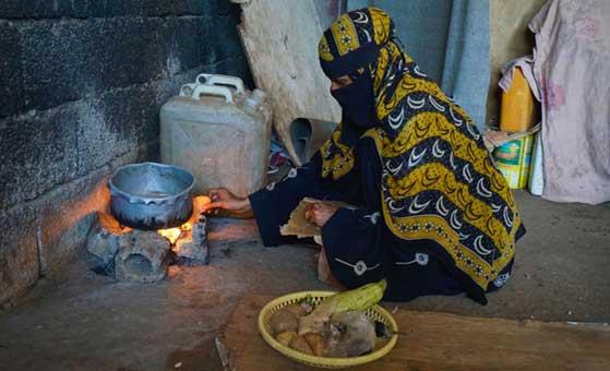 Una mujer en Adén, la capital de Yemen, cocina la comida en un asentamiento para personas que han huido de sus hogares debido a los ataques aéreos. Foto: Giles Clarke /OCHA