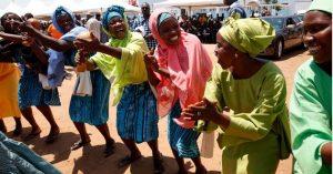 Mujeres danzan durante el lanzamiento de un programa de lucha contra la pobreza en Ghana. La economía de África, afectada por la covid-19 en 2020, crecerá este año, aunque no necesariamente se detendrá el avance de la pobreza, advierte el AfDB. Foto: BID