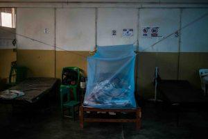 Una enferma de covid en un centro de atención del Comando Matico, el nombre de una planta perenne abundante en la Amazonia de Perú. Foto: Sebastián Castañeda / Periodistas por el Planeta