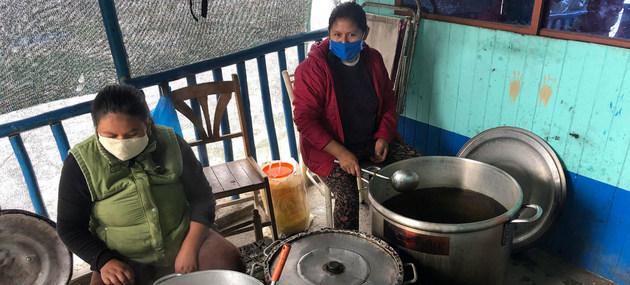 Trabajadoras en una cocina comunitaria en Perú. Las mujeres han sido fundamentales en la atención de las comunidades ante la covid, pero ese papel ha sido subestimado en las respuestas de los Estados latinoamericanos a la pandemia. Foto: Guillermo Galdós/PMA