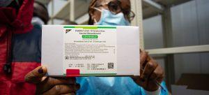 El lote de vacunas de AstraZeneca/Oxford que está bajo revisión en Europa es diferente al esperado para América Latina y el Caribe mediante el mecanismo Covax, aclaró la OPS, que espera incrementar la vacunación. Foto: Sibylle Desjardins/Unicef