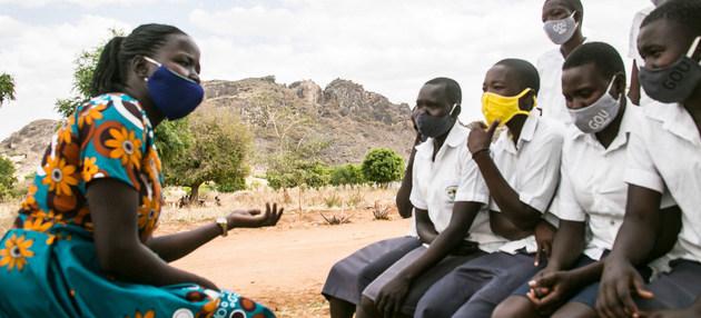 Jóvenes estudiantes y su maestra en Uganda dialogan sobre la violencia padecida por millones de mujeres en todas las regiones del mundo, en primer lugar a manos de sus propias parejas. Foto: Jimmy Adriko/Unicef