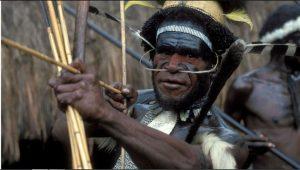 Guerrero de un pueblo indígena de Indonesia sostiene su arco. Los centenares de millones de indígenas que hay en el mundo viven y contribuyen al cuidado de 80 por ciento de la biodiversidad que aún queda en el planeta, destaca informe de la ONU Foto: BM