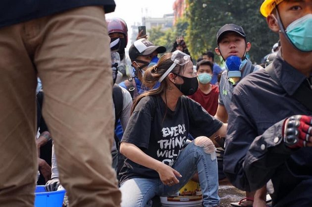 """Redes sociales se han inundado con fotografías de la joven birmana Kyel Sin, quien portaba una camiseta con la inscripción """"todo irá bien"""" en la manifestación contra el golpe de estado en Myanmar en la que resultó abatida por un disparo en la cabeza. La ONU pide cese de la represión. Foto: Twitter"""