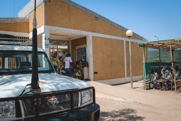 Un equipo de Médicos Sin Fronteras a las puertas de un centro asistencial en Etiopía. En el norte del país su personal ha presenciado ejecuciones extrajudiciales, en un marco de violencia, desplazamientos humanos y desplome de los servicios de salud. Foto: Claudia Blume/MSF