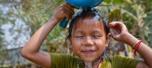 Una niña lava su cara en una instalación de agua potable recién abierta en Camboya. La Unesco destaca que en todo el mundo es un recurso infravalorado y, por esa razón, mal utilizado y desperdiciado. Foto: Fani Llaurado/Unicef