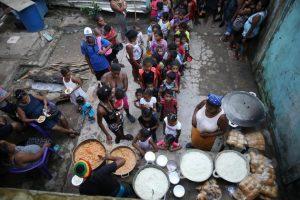 Niños y adultos hacen fila para recibir alimentos en Puerto Cabezas, Nicaragua. La pobreza aumentó en toda América Latina y el Caribe en el marco de la depresión económica causada por la pandemia covid-19, según la Cepal. Foto: Oscar Duarte/PMA