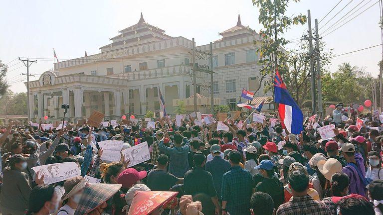 """Una de las protestas contra el golpe militar en Myanmar. Los periodistas que cubren las manifestaciones están en continuo riesgo de ser detenidos, más después de que una modificación del código penal del país establece el castigo por la difusión de alegadas """"noticias falsas"""". Foto: Ninjastrikers / CC BY-SA 4.0"""