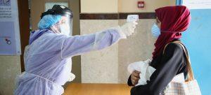 Toman la temperatura a una mujer en un centro asistencial en la Franja de Gaza, Palestina. La OMS ha pedido sostener una elevada vigilancia, entre el temor a las variantes del virus y la esperanza de la vacunación. Foto: Jalil Adwan/UNRWA