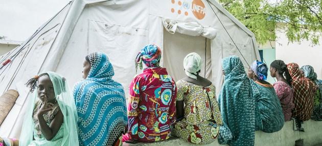 Mujeres ante un puesto de atención del Fondo de Población de las Naciones Unidas. La covid-19 dificultó el acceso a servicios de salud sexual y reproductiva para millones de mujeres en los países en desarrollo, lo que se tradujo en embarazos no deseados. Foto: Olivier Girard/UNFPA