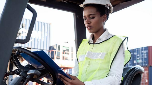 Las multinacionales pueden tener un efecto demostración e influir en las cadenas de suministro en los países en desarrollo donde actúan, a fin de favorecer la equidad de género en el trabajo, sostiene la Unctad. Foto: Nuttawut/Unctad