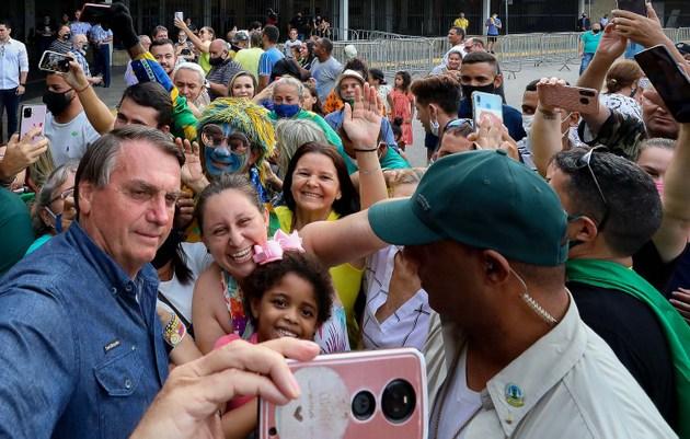 El presidente Jair Bolsonaro casi nunca usa mascarillas en actos y locales públicos, incluso donde es una obligación legal. El 26 de febrero reunió una multitud para firmar órdenes para obras en carreteras del estado de Ceará, en el noreste de Brasil. Foto: José Dias/PR-Fotos Públicas