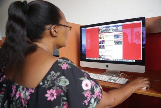 La tecnología abre oportunidades para que las periodistas se comuniquen, pero ahora reproducen y amplifican el acoso y el abuso de las profesionales a través de las plataformas virtuales. Crédito: Erick Kabendera/IPS