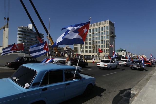 Una caravana contra el embargo de Estados Unidos a Cuba, convocada por la Unión de Jóvenes Comunistas de Cuba, recorre las inmediaciones de la sede de la embajada de Washington en La Habana, coincidiendo con las jornadas mundiales de solidaridad con el país insular. Foto: Jorge Luis Baños/IPS