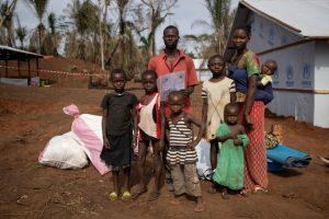 La familia de Fidele (35) y Brigitte (28), parte de los cientos de miles de desplazados por los conflictos en la República Centroafricana, se prepara para su traslado a un centro de refugio alejado de la frontera. Foto: Hélène Caux/Acnur