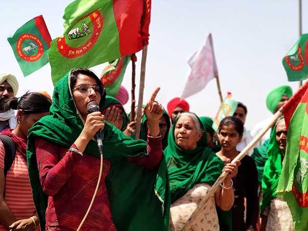 La activista Nodeep Kaur hablando en la manifestación de agricultores en la autopista Kundli Manesar Palwal en Haryana, en las afueras de Nueva Delhi, en lo que se ha convertido en un gran desafío para el primer ministro indio Narendra Modi y su reforma del sector. Foto: Sania Farooqui / IPS