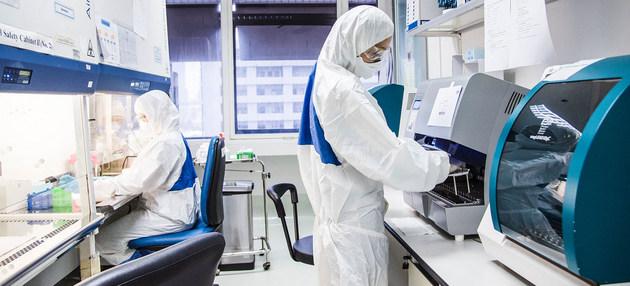 """Personal sanitario en el laboratorio de un centro de salud en Bangkok, durante la pandemia covid-19. La OMS considera que """"este es el momento"""" de invertir en salud como un motor para el desarrollo. Foto: P. Phutpheng/OMS"""