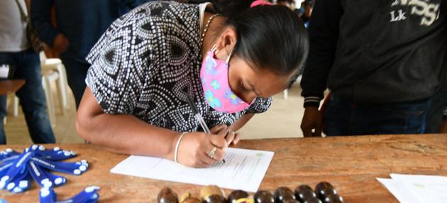 """Entrega de """"brazaletes de reconciliación"""" a una comunidad indígena, una entre muchas iniciativas para respaldar el proceso de paz colombiano, amenazado por la persistente violencia contra comunidades, líderes sociales, excombatientes y activistas de derechos humanos. Foto: Nadya González/Misiòn de la ONU en Colombia"""
