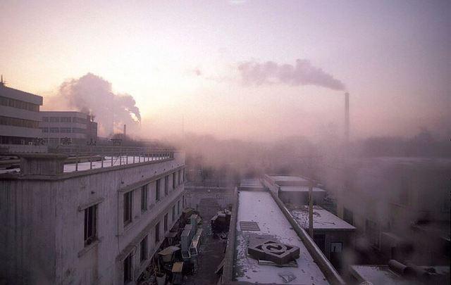 Acelerar la renuncia a negocios emisores de grandes volúmenes de carbono, en favor de los basados en energías limpias, es el compromiso de las nuevas coaliciones alentadas por firmas financieras, industriales y de comercio. Foto: BM