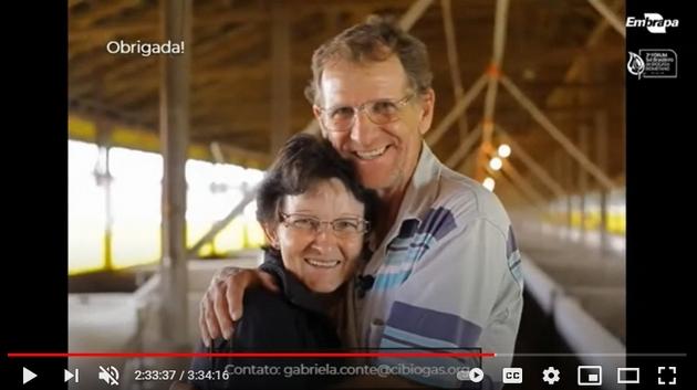 Claudete Volkswey y su marido en la granja avícola que poseen en el municipio de Toledo, en el estado de Paraná, en el suroeste de Brasil. El aviario pasó a ser calentado por biogás en lugar del horno a leña que atormentaba sus noches, porque debía recargarse de leños cada dos horas, para calentar a los pollitos en sus primeras semanas de vida, según explicó la avicultora en el seminario Foro Sur Brasileño de Biogás y Metano, en su participación por videoconferencia. Foto: Mario Osava / IPS