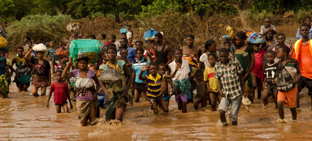 Inundaciones derivadas del cambio climático, acelerado por el calentamiento global, fuerzan migraciones de comunidades enteras, además afectadas por la covid-19, en países de África, Asia y América Central. Foto: Arjen van de Mewe/PNUD