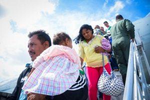 Venezolanos llegan al aeropuerto de Recife desde la frontera, en ruta a la ciudad de Igarassu, en el nororiental estado de Pernambuco. Desde antes del estallido de la pandemia covid-19 Brasil procura reubicar en muchas ciudades a los migrantes y refugiados. Foto: Allana Ferreira/Acnur