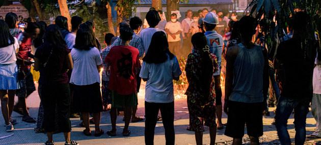 Ciudadanos de Yangon en una vigilia contra el golpe de estado en Myanmar. El ejército ha repelido las protestas callejeras y se han registrado decenas de muertes en una sola jornada. Foto: Zinko Hein/Unsplash