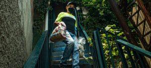 Un voluntario trabaja en la entrega de alimentos a familias pobres en Venezuela. El PMA prevé desarrollar un programa de asistencia con comidas a miles de niñas y niños en educación inicial. Foto Alejandra Pocaterra/Unicef