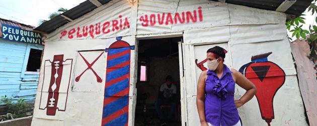 La peluquera Julissa Álvarez, 44, casada, seis hijos, perdió su clientela y fuente de ingresos a causa de la covid-19, que ha incrementado la pobreza y la desigualdad preexistentes en América Latina y el Caribe, según Amnistía Internacional. Foto: Valerie Caamaño/Oxfam