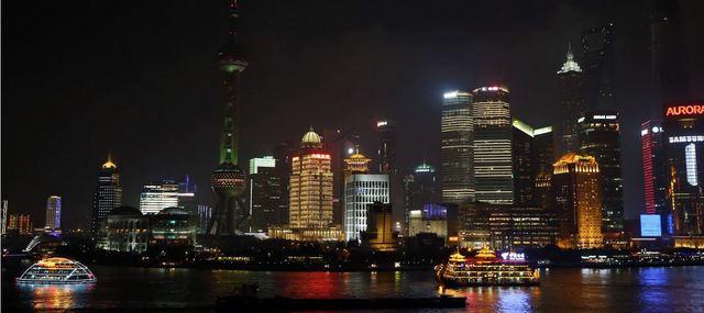 Vista nocturna de Shanghai, China, una de las ciudades más pobladas y de mayor actividad económica en el mundo, y uno de los ejes de la esperada recuperación de Asia en 2021 y 2022, dependiendo en parte de la velocidad con la que la vacunación masiva pueda frenar a la covid-19. Foto: BM