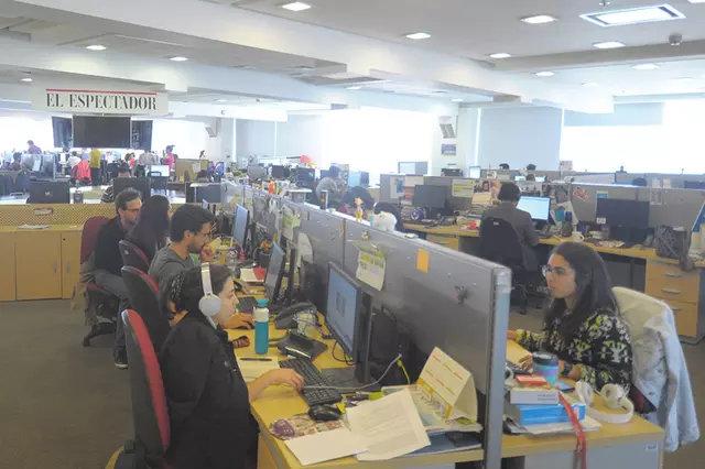 Parte de la redacción abierta del diario colombiano El Espectador, llena de periodistas antes de la pandemia de covid. Foto: Cortesía de El Espectador